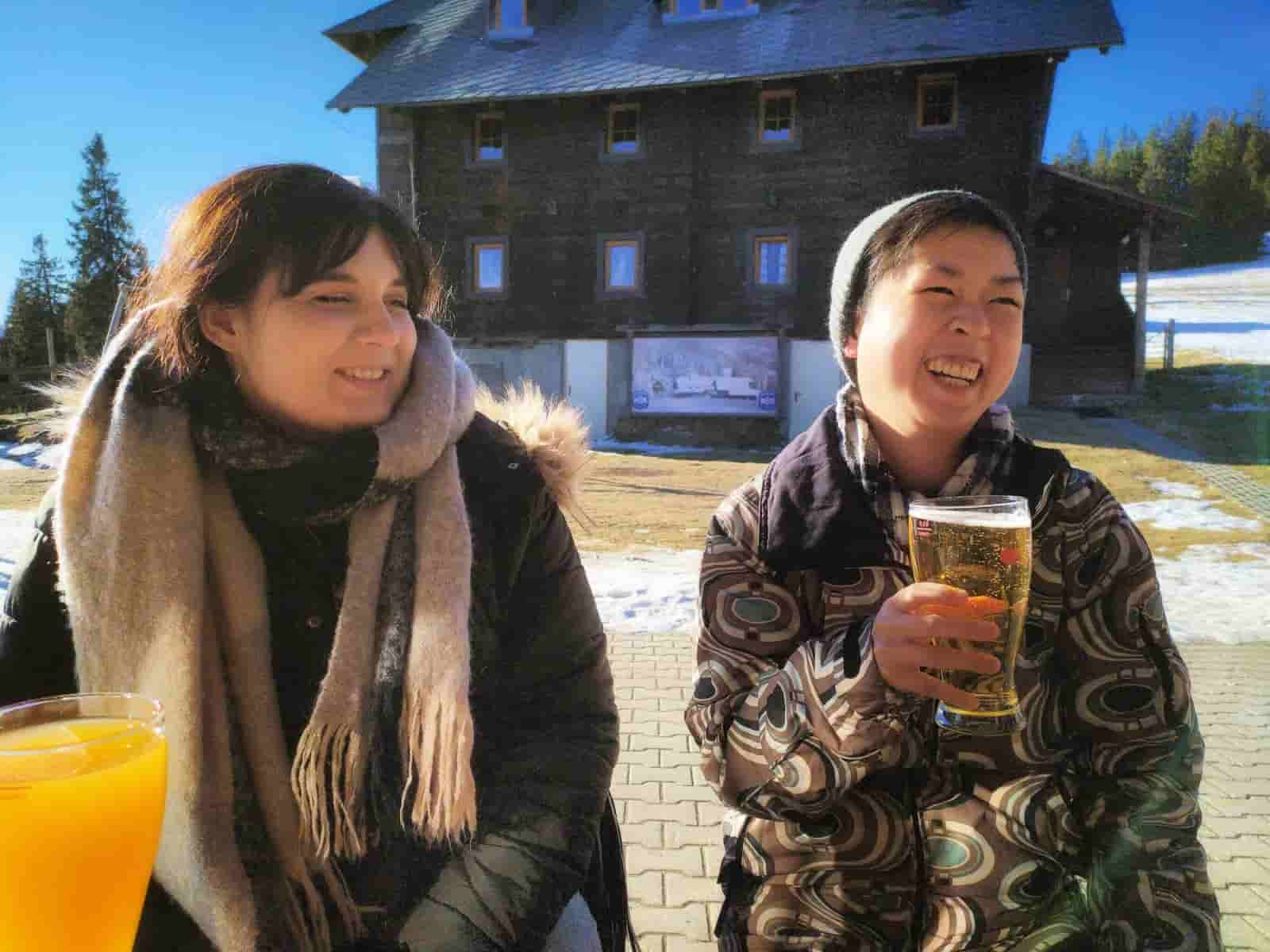 Anja und Kathi bei der Jause - Rodelausflug - The Flow Family